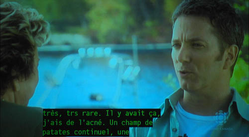 Screenshot shows interview segment with French caption: très trs rare. Il y avait ç, j'ais de l'acné