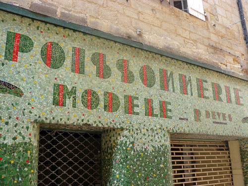 POISSONERIE MODELE in green mosaic-tile letters including red vertical stripes