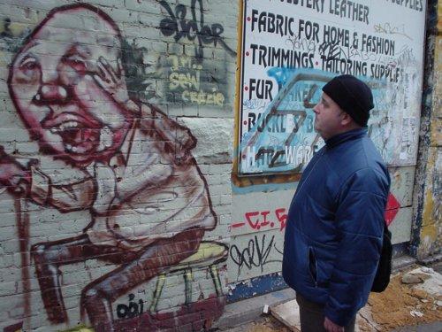 das bild zeigt graffiti an einer schulwand in koeln